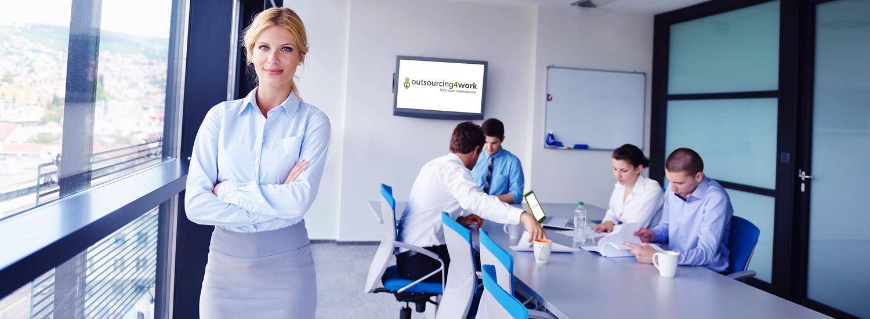 Team arbeitet im Büro