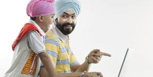 Zwei Inder unterhalten sich